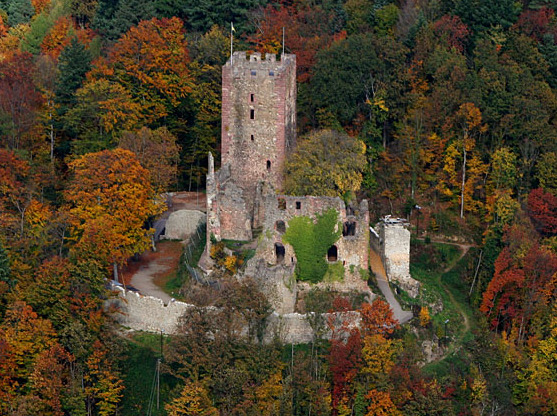 Luftaufnahme der Ruine der Kastelburg, Bild : Thomas Meier, Wikimedia Commons: https://upload.wikimedia.org/wikipedia/commons/8/8c/Luftaufnahme-Kastelburg-26102005.jpg